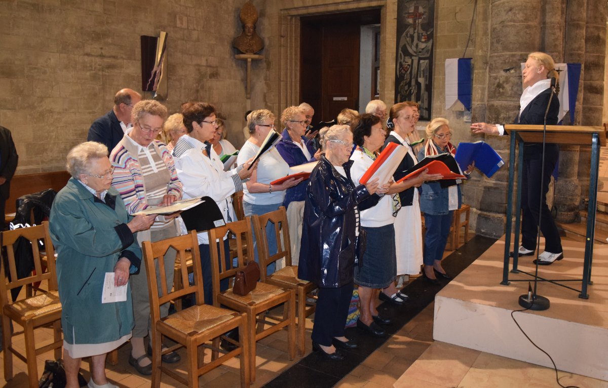 Chorale de Notre-Dame-du-Saint-Cordon dirigée par Mme Bonduelle