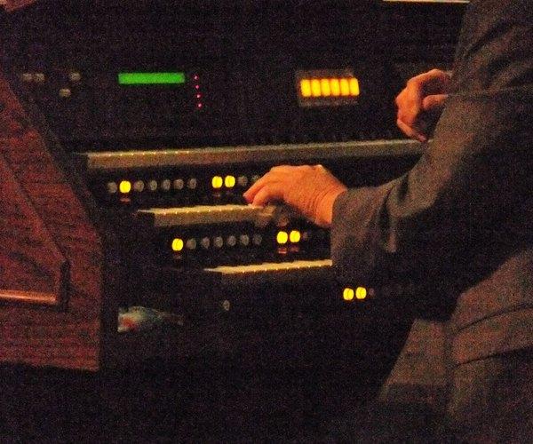 Le samedi 30 avril 2011, nous avons eu la chance d'écouter un récital d'orgue par M. Richard Jankoviak, dans l'église de Condé où se trouvait l'exposition des icônes