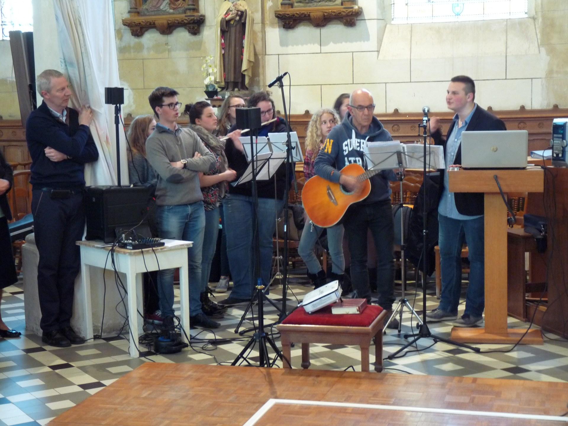 avec les chants et les instruments du groupe Louan