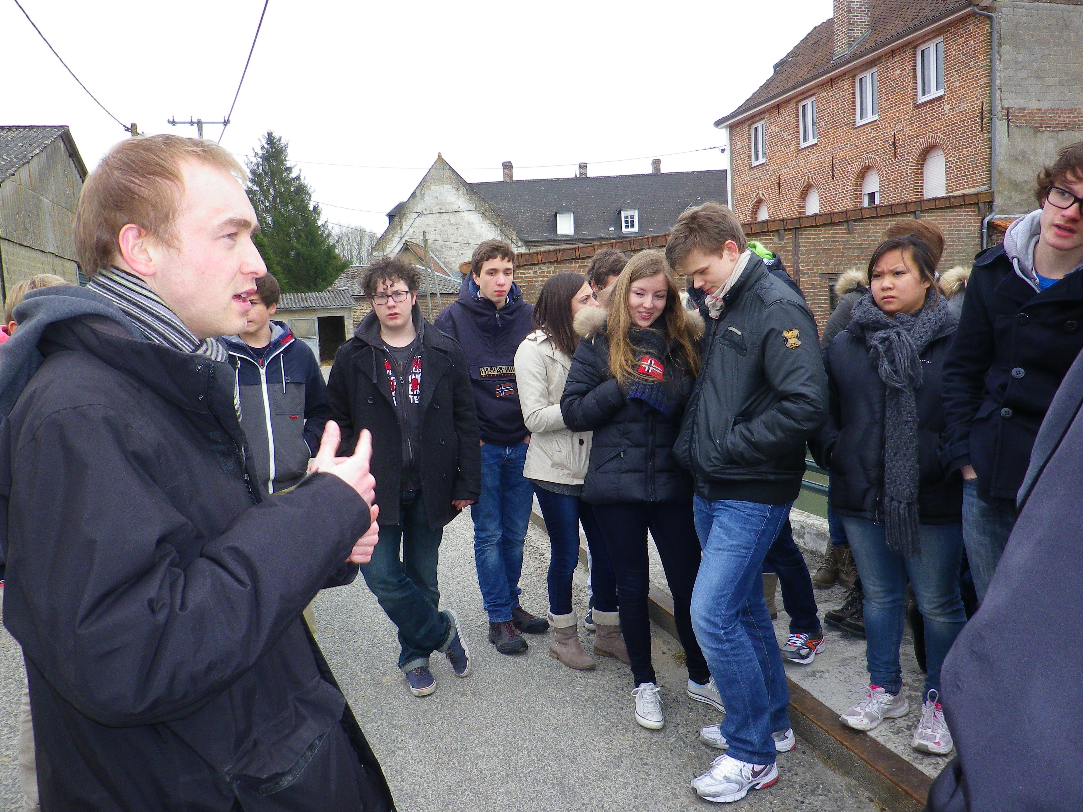 Christophe fait visiter le village de Blangy aux jeunes. Ici devant le moulin sur la Ternoise.