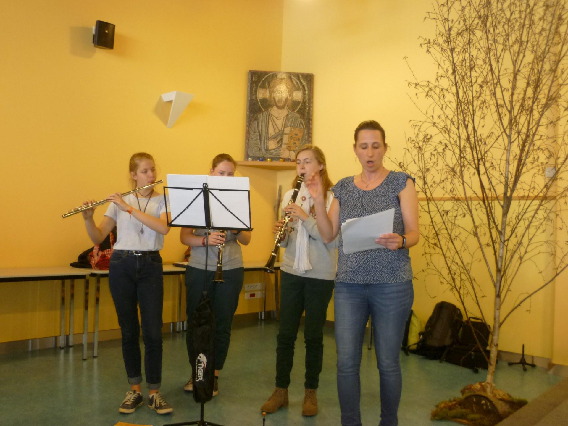 Caroline et les jeunes nous invitent au chant ....