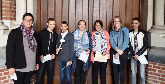 Entrée en catéchuménat de quatre jeunes : Angelo, Teddy, Élisa et Morgan et leur accompagnatrice Cécile, Catherine et Myriam devant la grande porte de la basilique