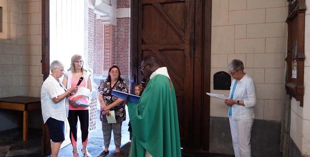 Accueil à la porte de la basilique avec Nadine et Dorothée(2 catéchumènes), deux animatrice Nicole et Dominique avec l'abbé I. Delouh