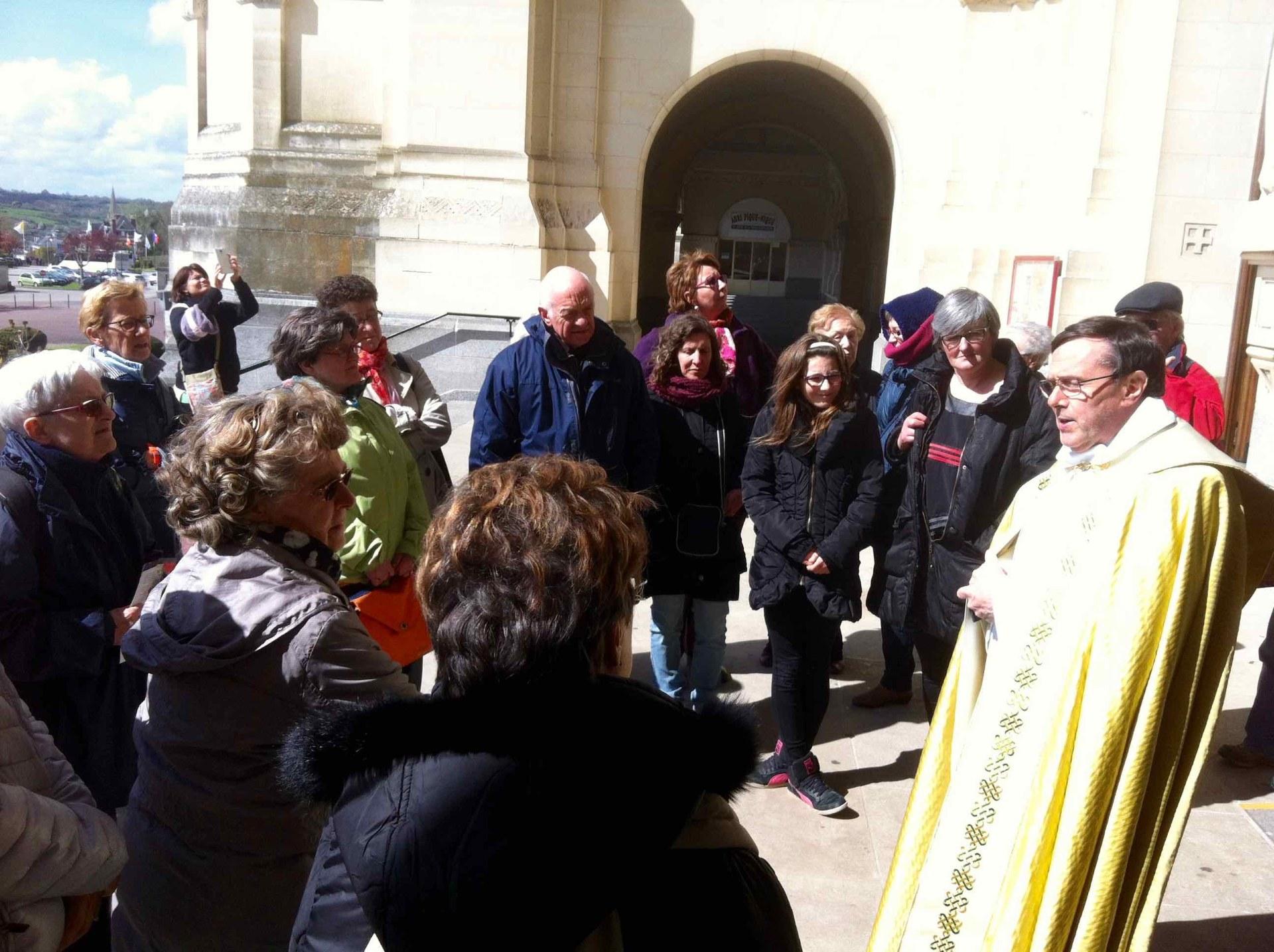 Le Père Patrick Lemoine, chapelain, guide notre passage de la porte Sainte de la Miséricorde