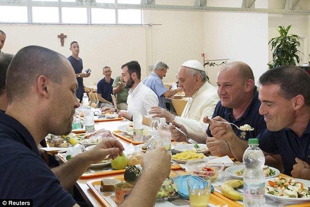 Le Pape s'est assis à la table des ouvriers