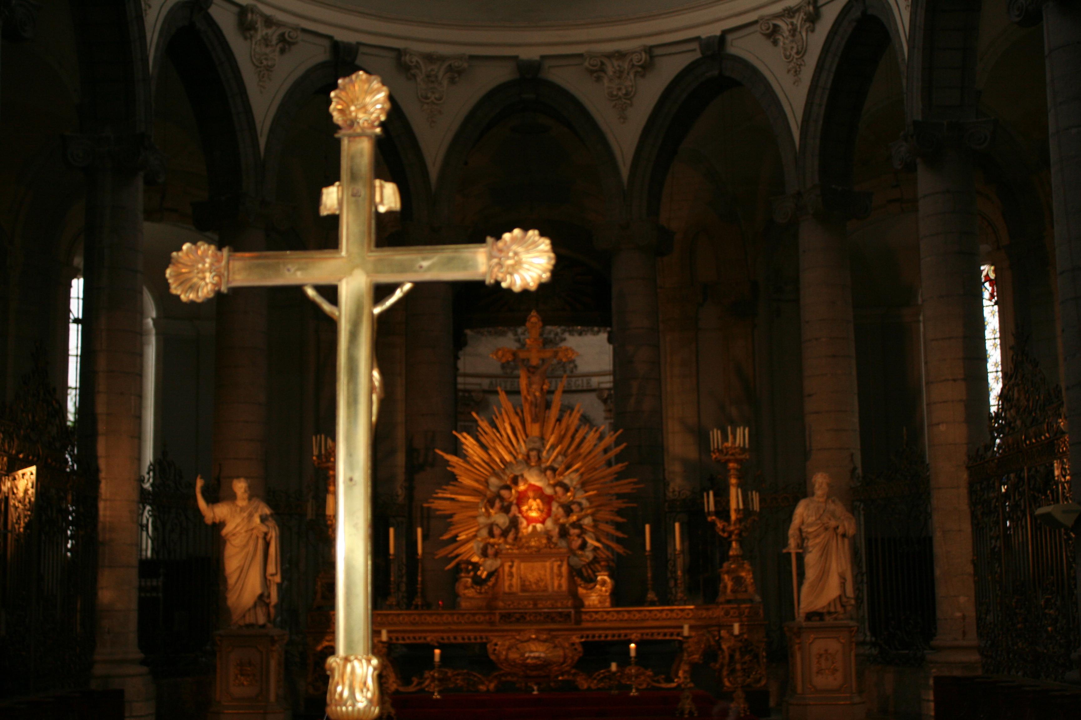 Croix de l'autel, croix du maître-autel...