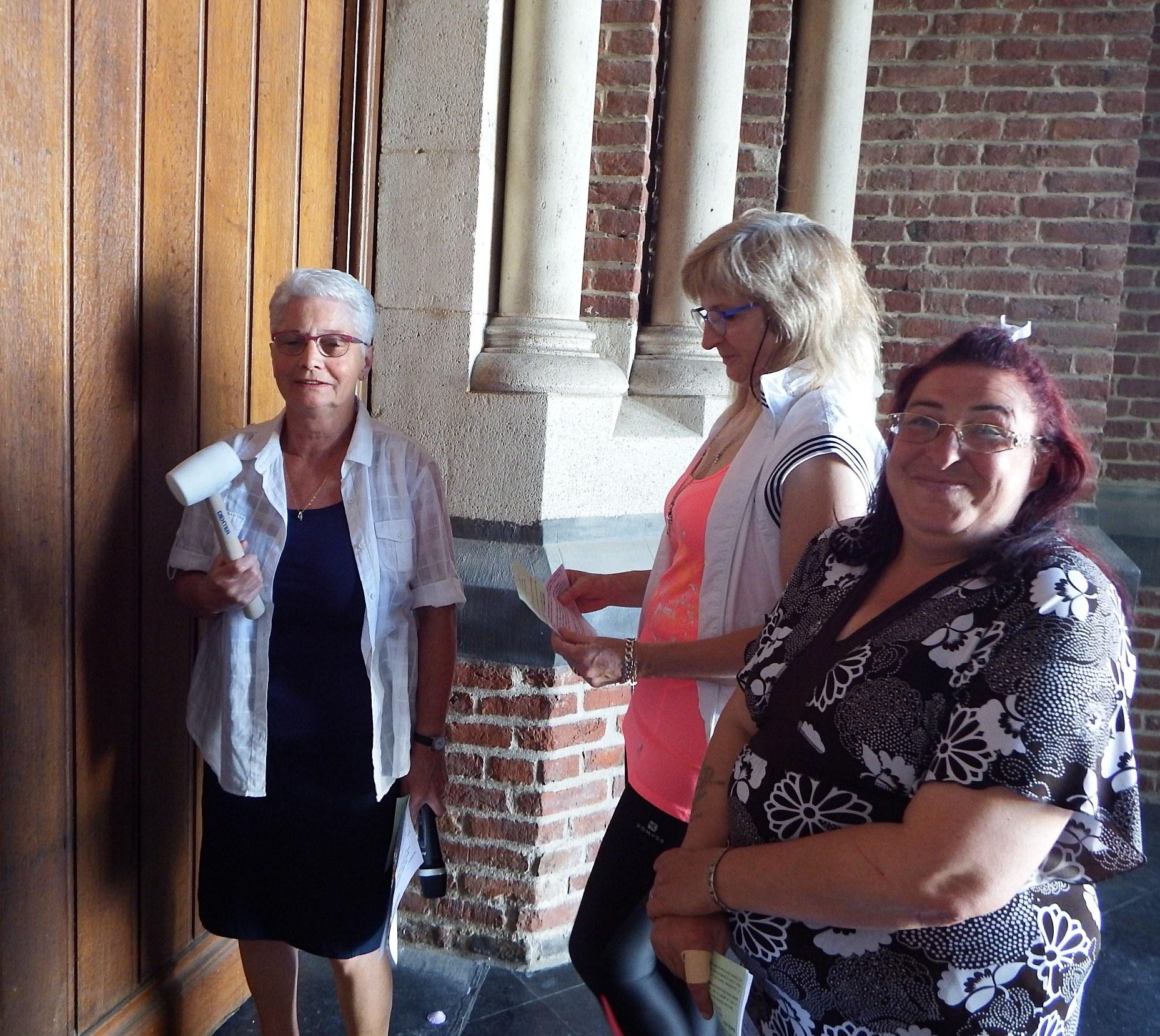 D. Desmarest (animatrice) se préparant à frapper à la porte de la basilique accompagnée de Nadine et Dorothée