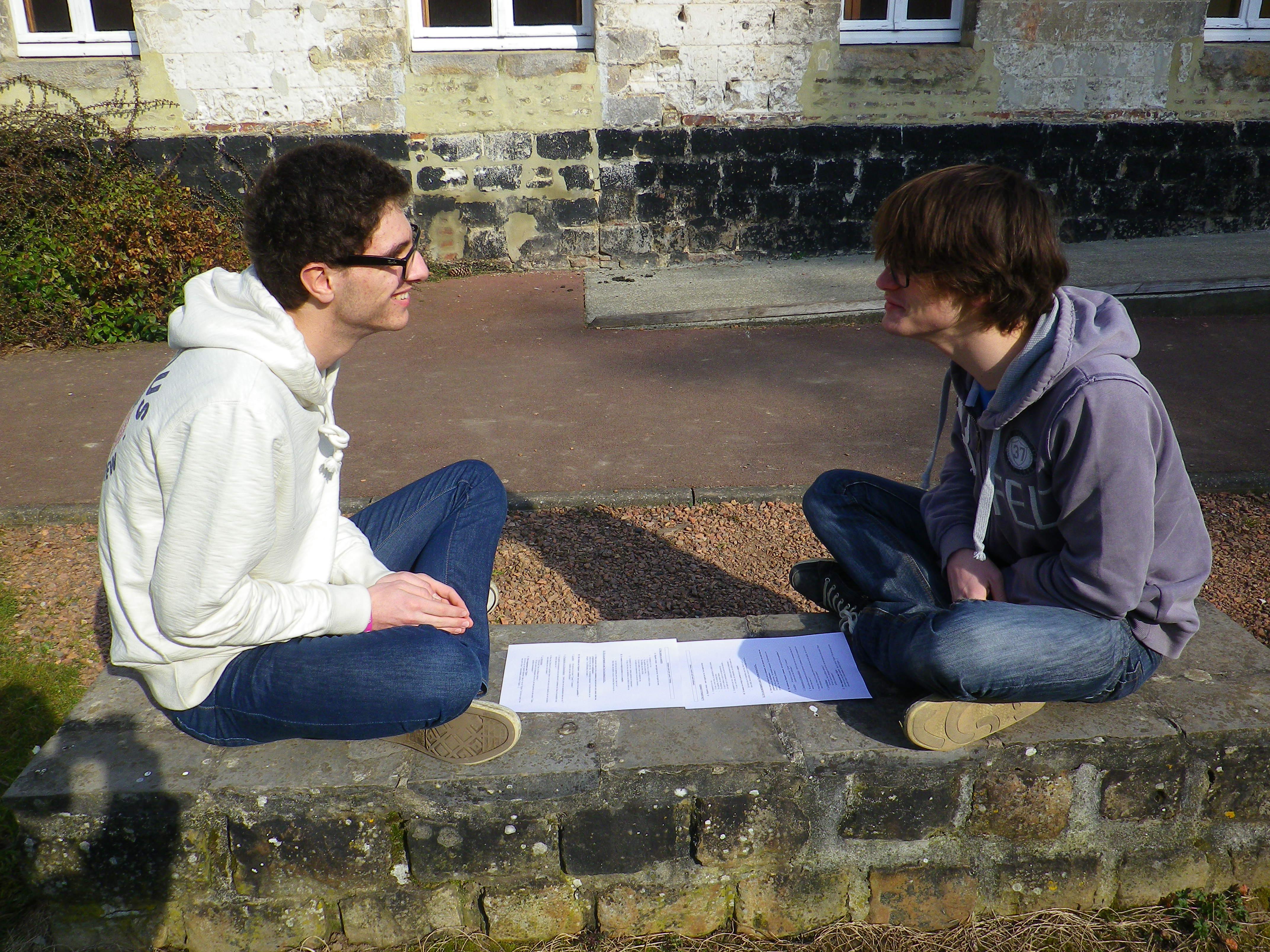 Les binomes s'éparpillent dans l'abbaye pour prendre trois quarts d'heure et discuter, mieux faire connaissance, parler de leur foi, etc.