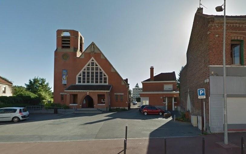 Le local du Secours Catholique est situé au fond de la cours derrière l'église.