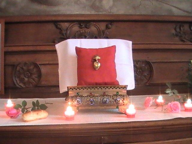 la relique du cœur entourée de lumières, symboles de son rayonnement sur Cambrai