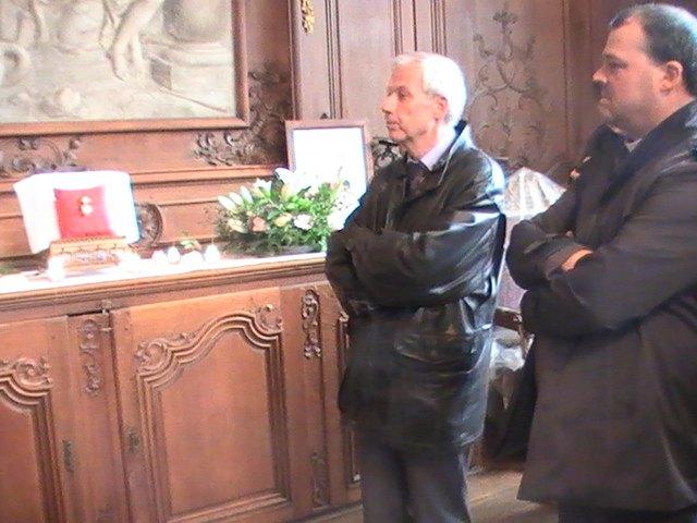sur la droite, le recteur et doyen de la  cathédrale, Mathieu Dervaux