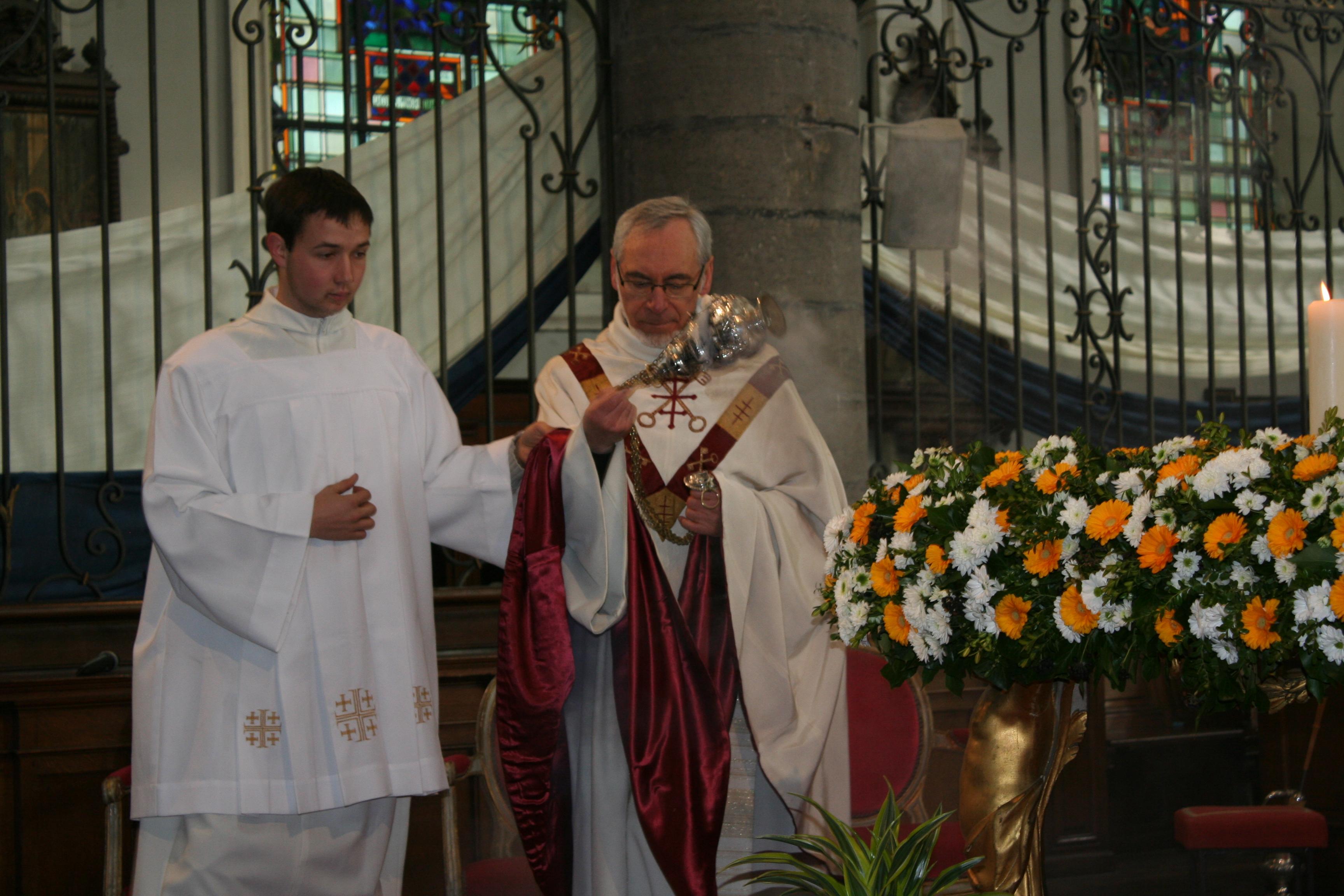 Encensement de l'autel à l'offertoire