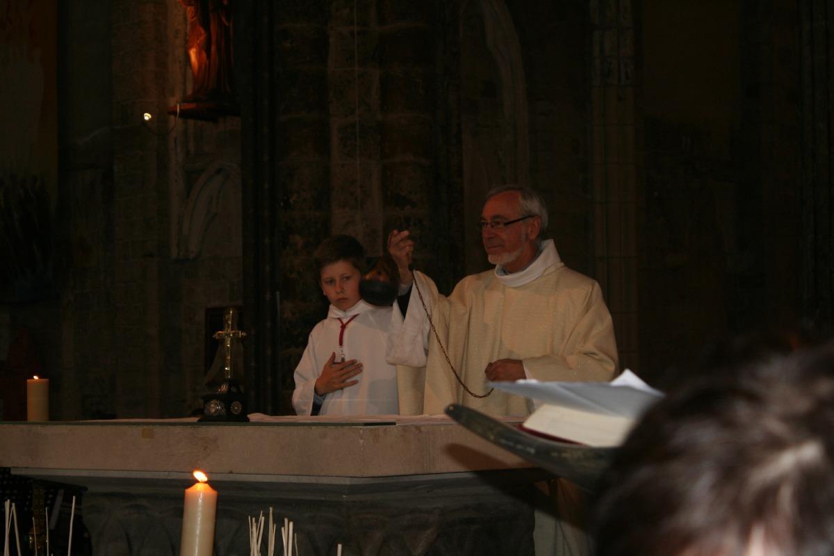 Encensement de l'autel.