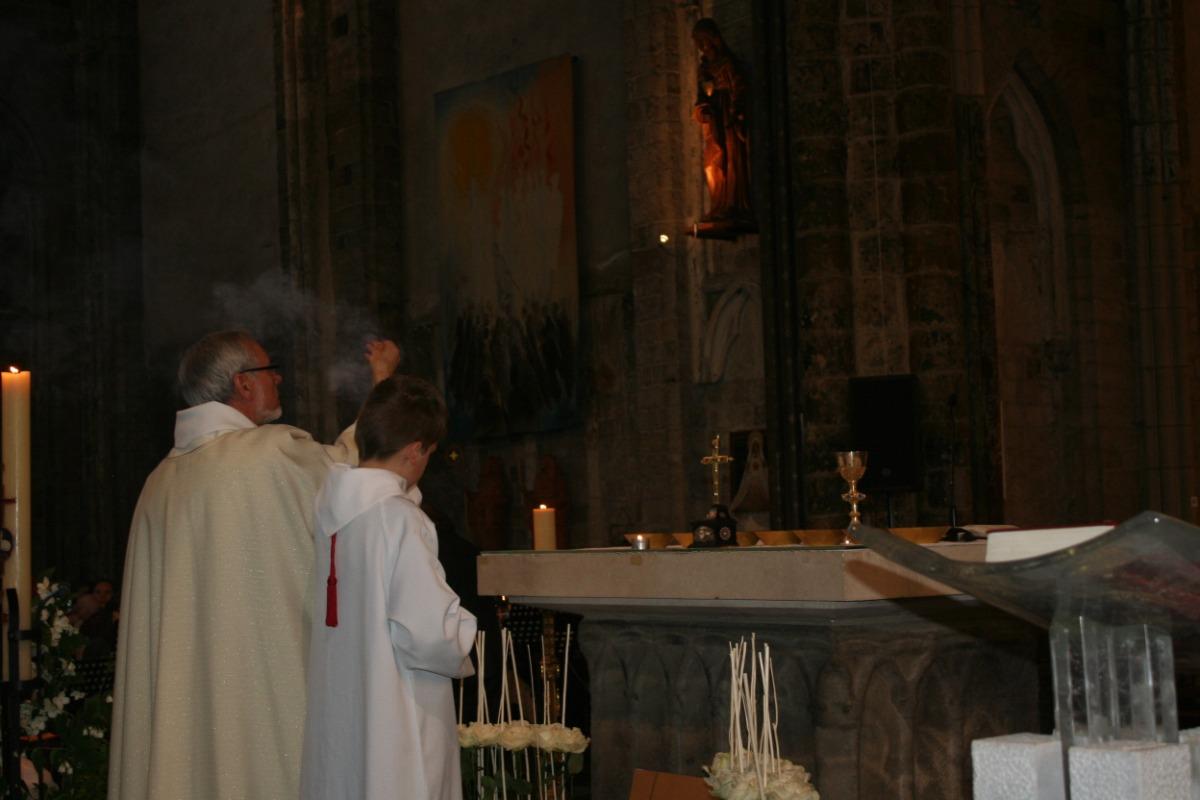 Encensement de l'autel à l'offertoire.