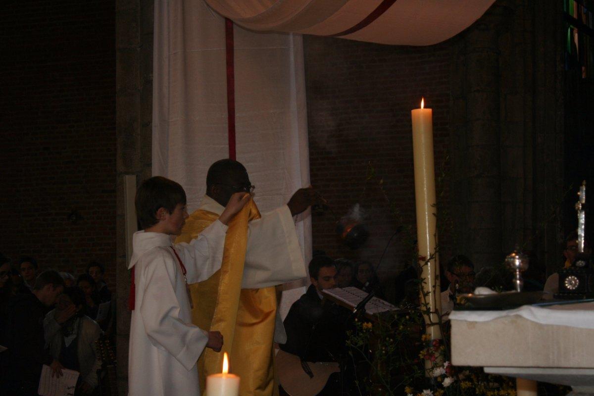 L'encensement du cierge pascal.