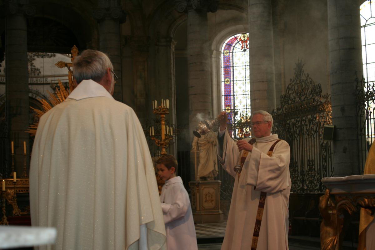 Encensement des prêtres.