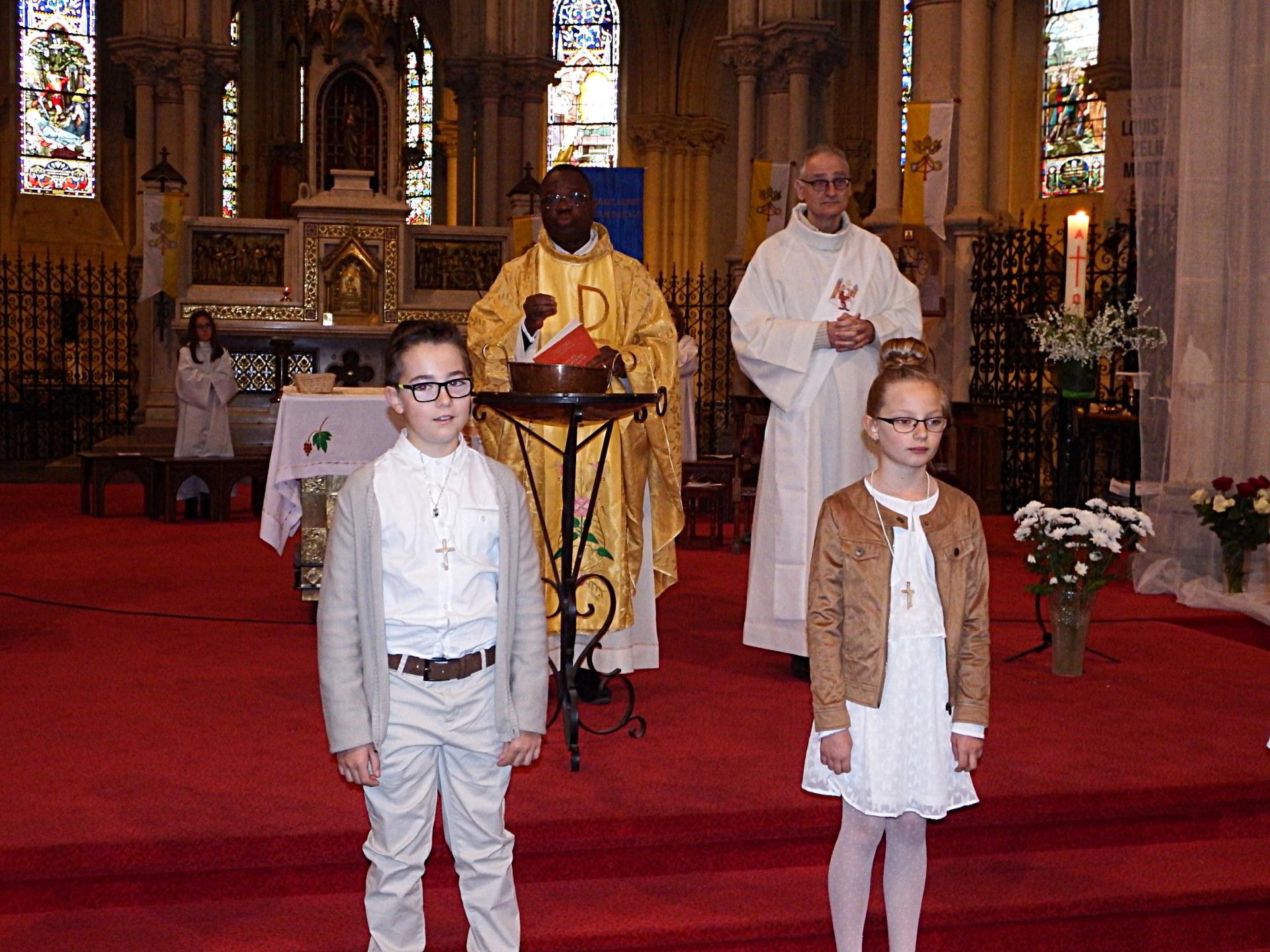 Emma et Esteban devant l'autel avec l'abbé I. Delouh