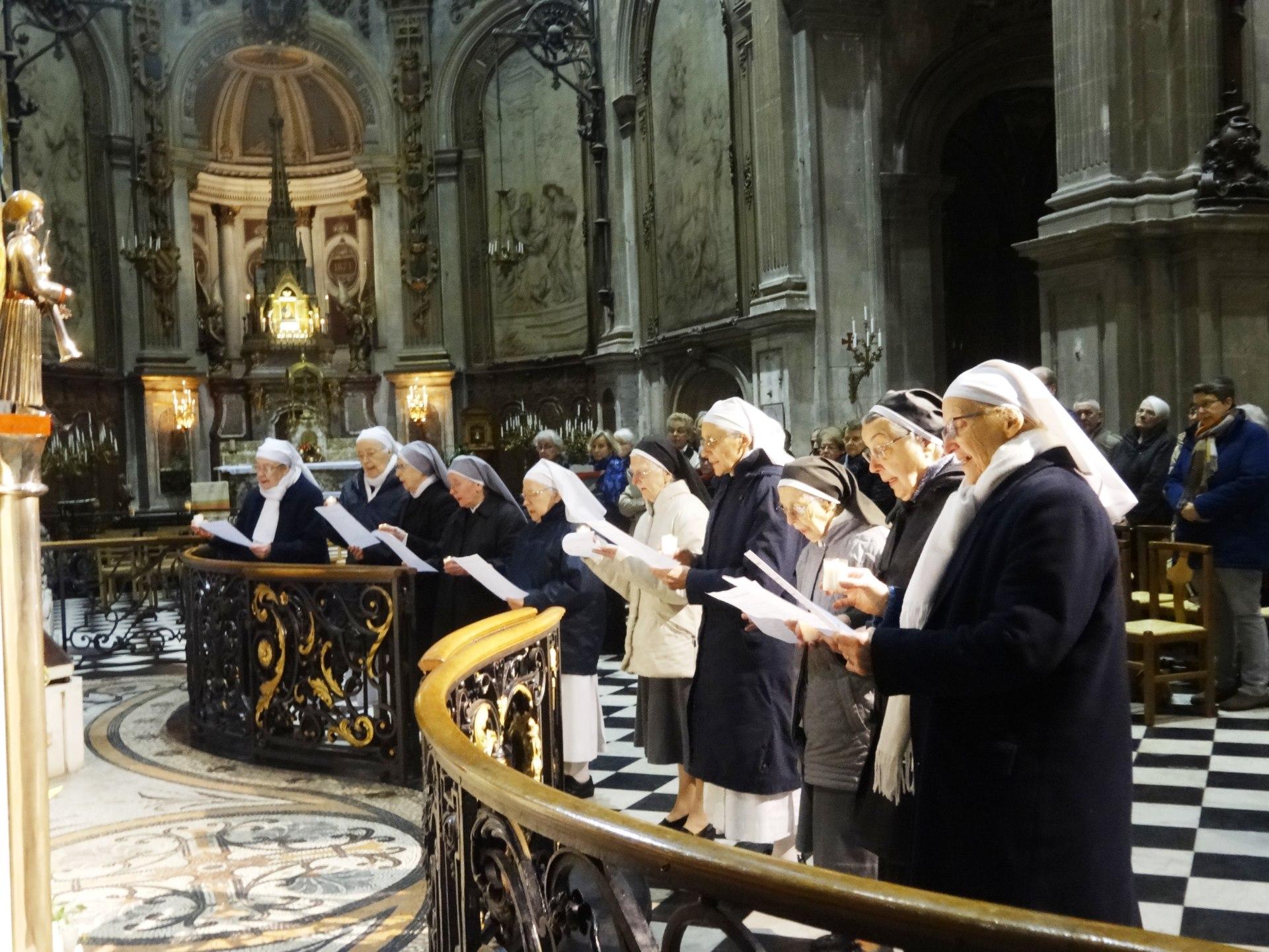des religieuses représentant les communautés du doyenné renouvellent leurs vœux