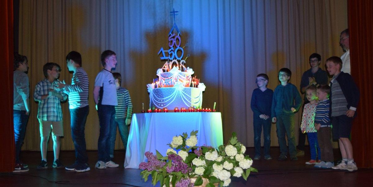 les enfants autour du gâteau