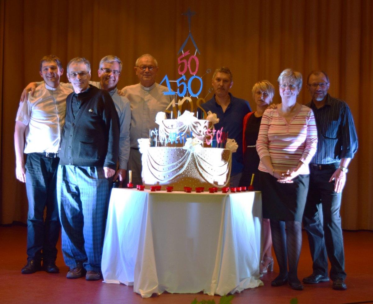 Prêtres et diacres de la paroisse réunis autour du gâteau