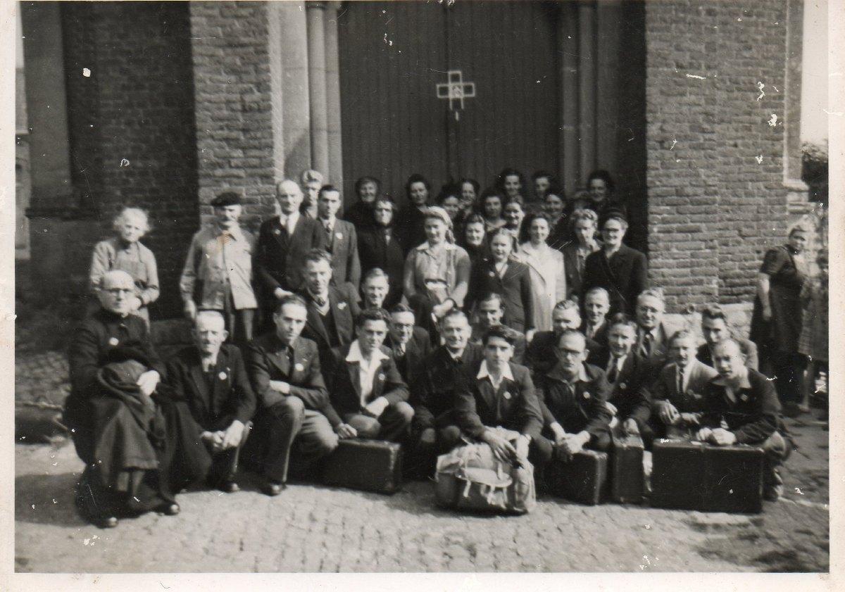 Groupe Erchin devant l'Eglise années 50