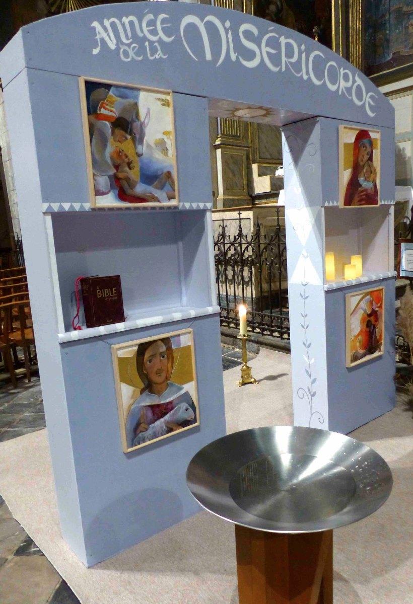 Sur la Porte Sainte, les icônes du fils pardonné, de la brebis perdue et retrouvée, du bon Samaritain