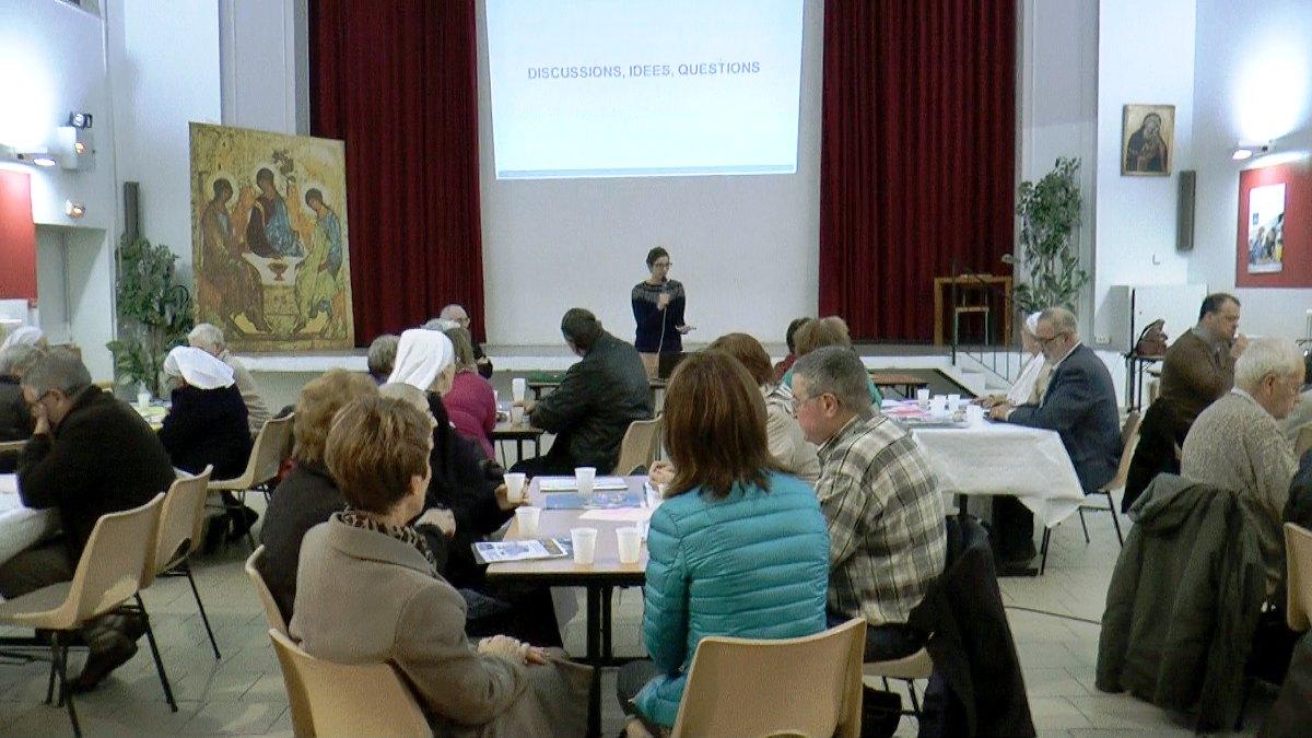 Marianne invite les participants à débattre, par petits groupes, de la question de la mobilité...