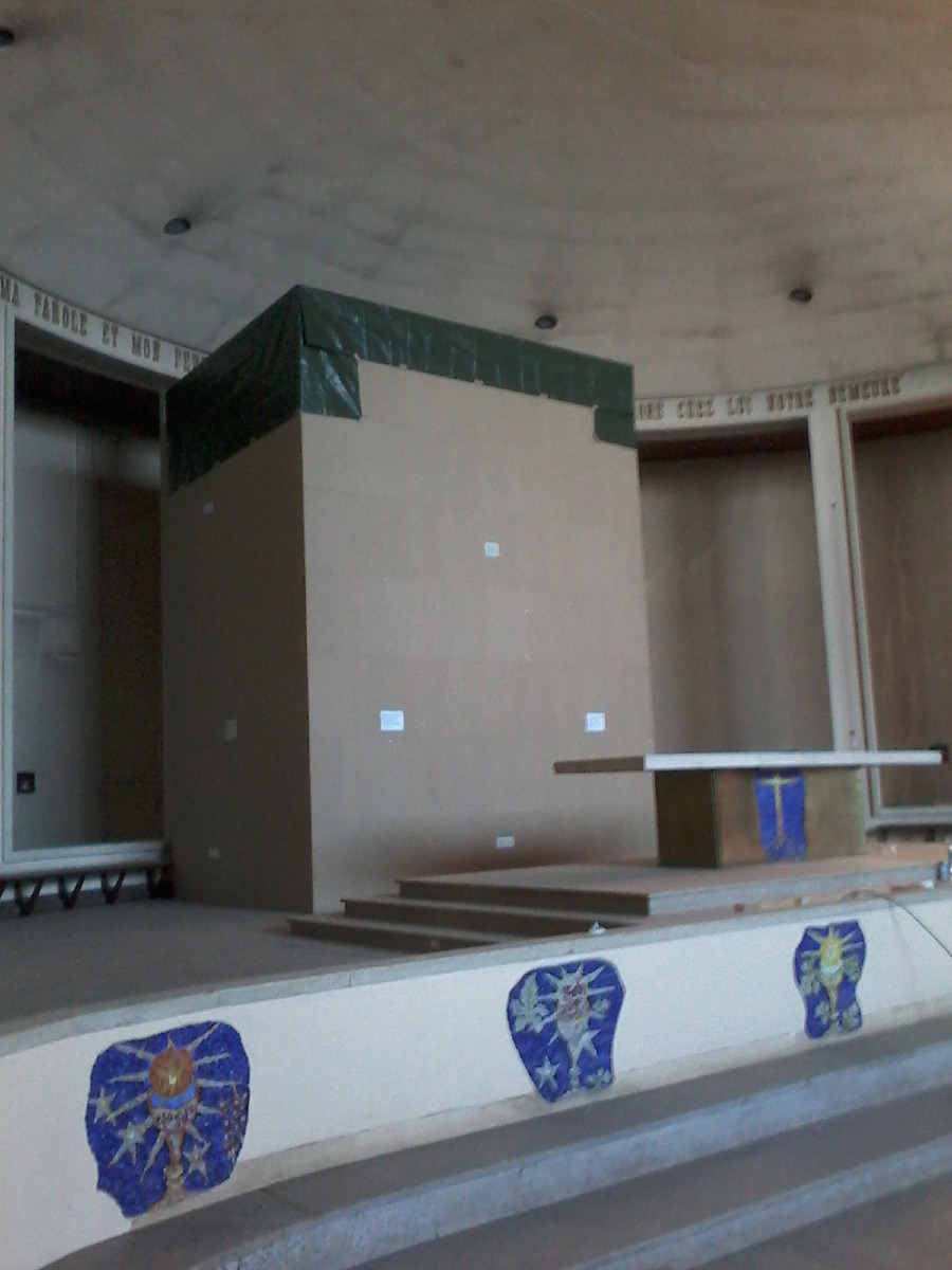 L'emballage de l'orgue est achevé. Le voilà protégé des poussières du chantier