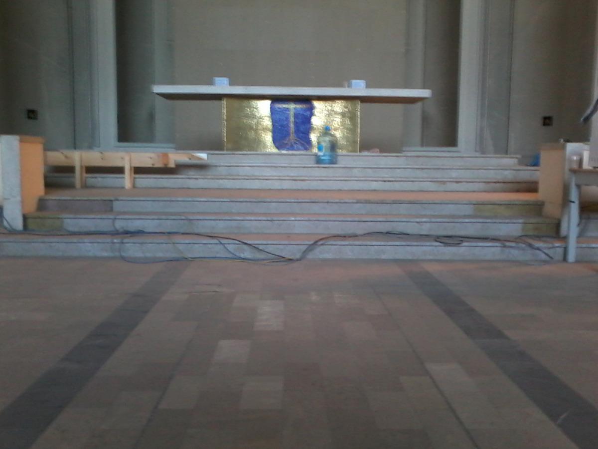 L'estrade devant l'autel a été démontée