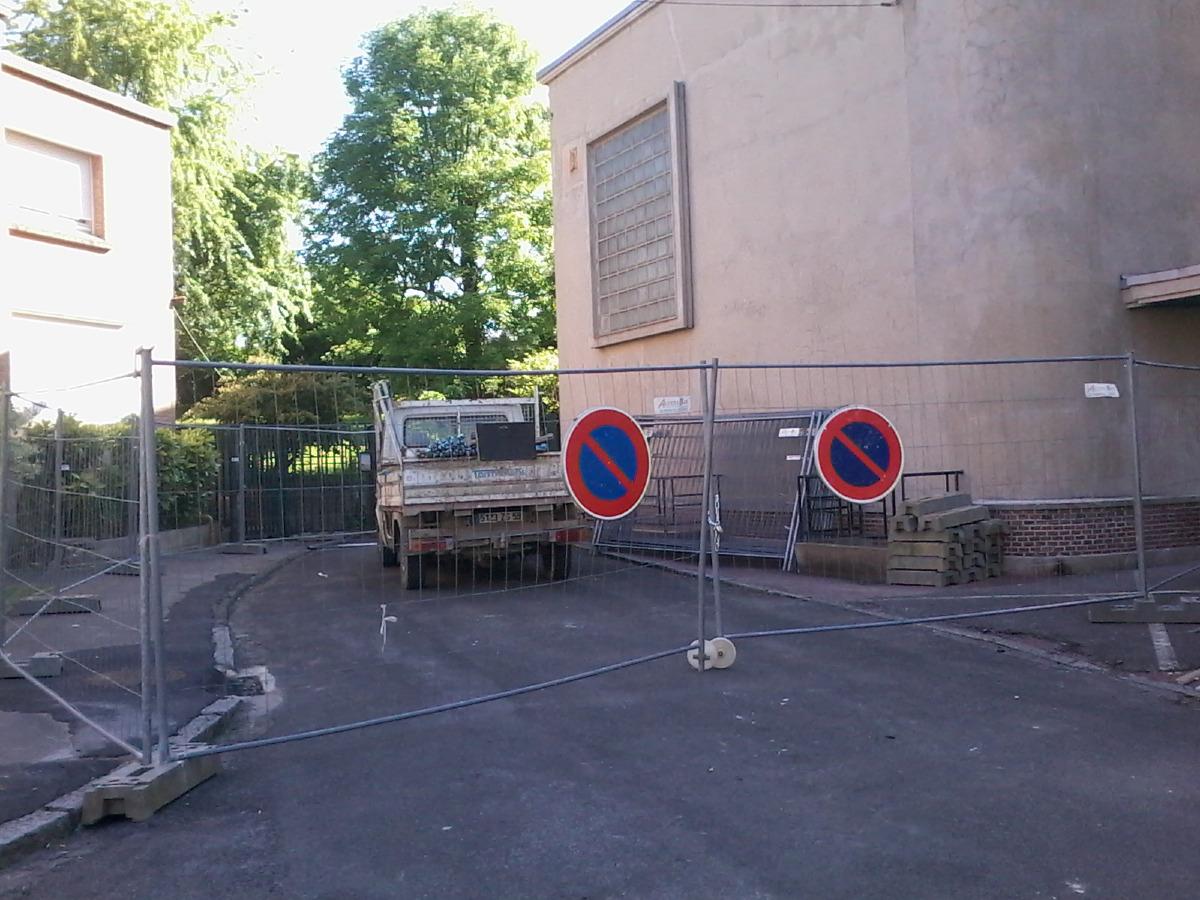 Des grillages protègent l'accès du chantier