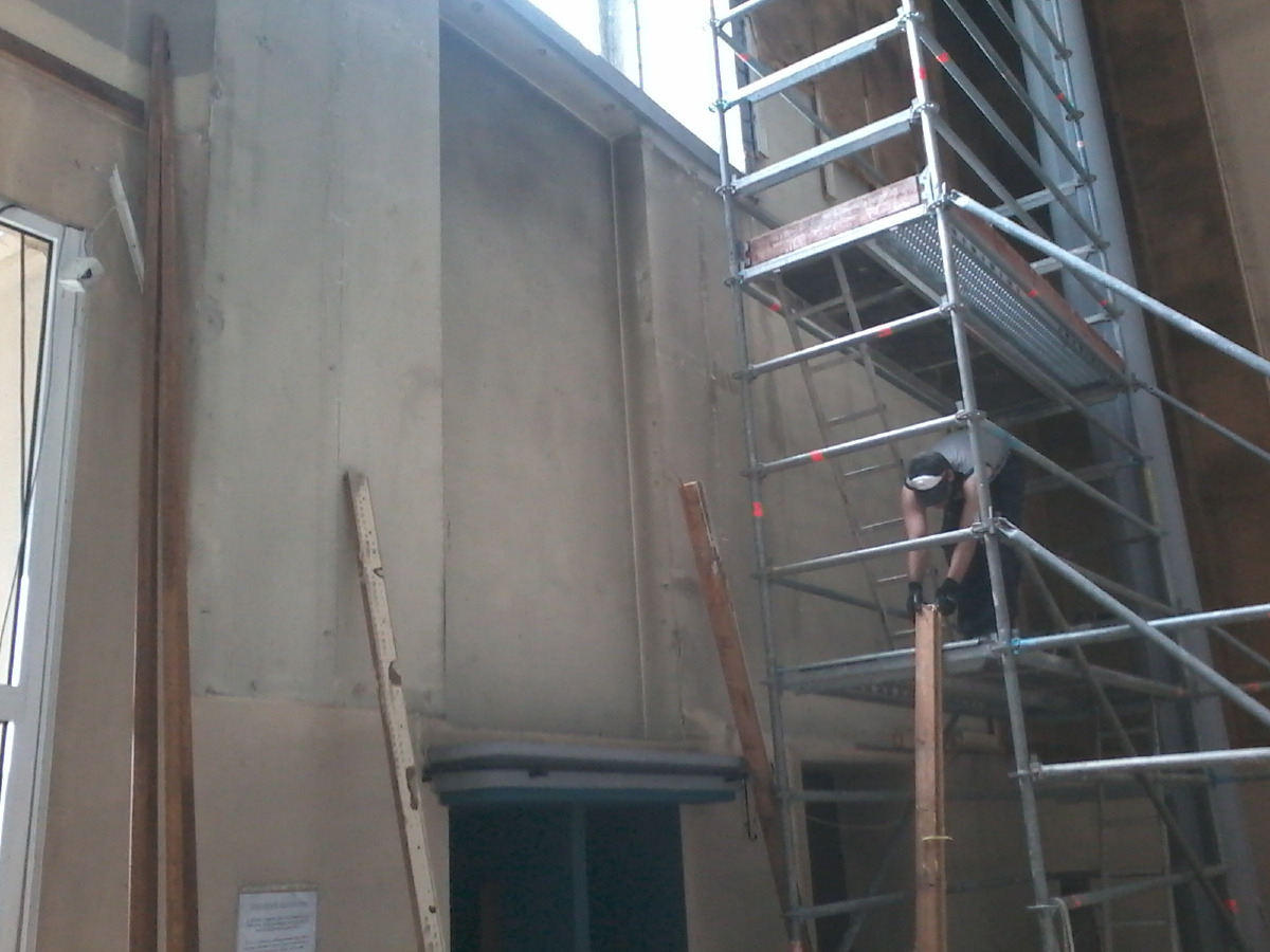 Démontage du revêtement du mur d'entrée.