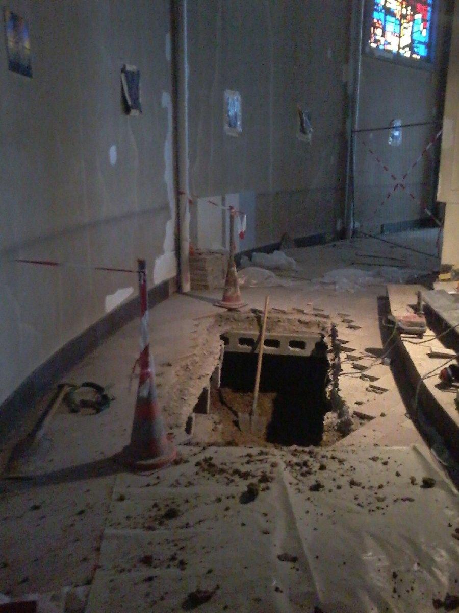 On creuse dans le déambulatoire. Dans ces fosses prendront place les appareils de chauffage.