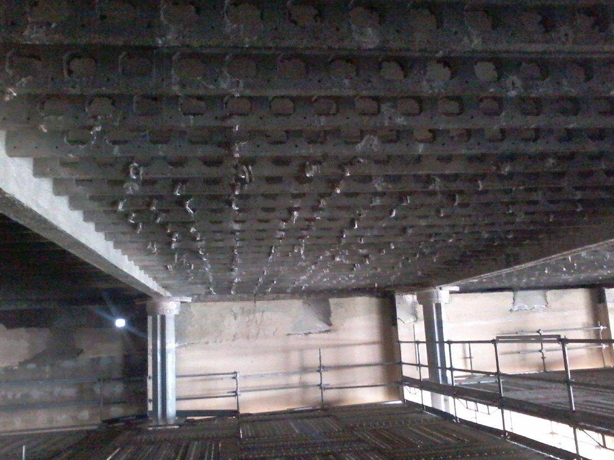 Le faux plafond a disparu laissant apparaître la structure du toit. C'est toute la face interne de ce toit qui a été désamiantée