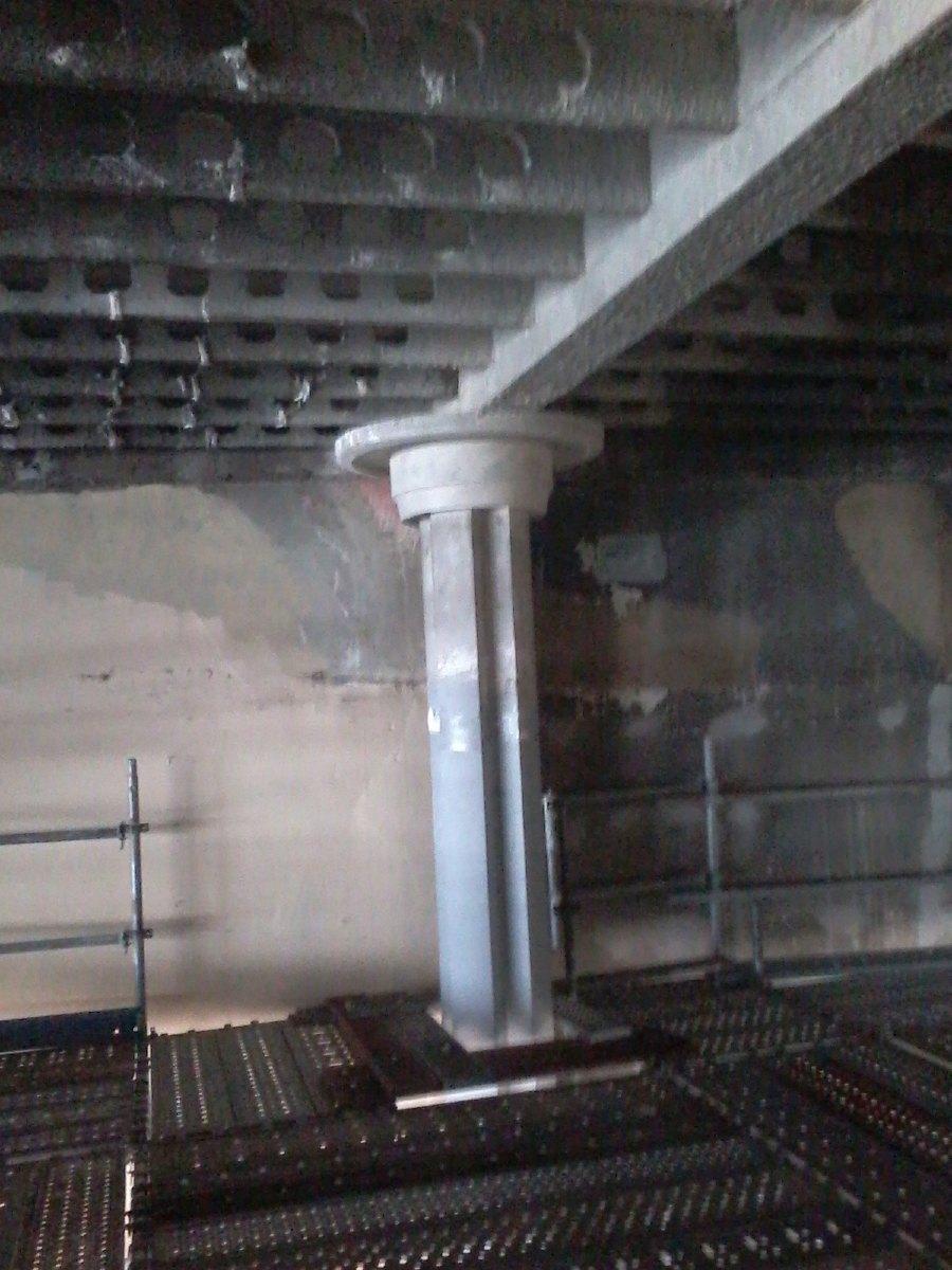 Les piliers de l'église. On en découvre ici le haut qui était invisible avant les travaux.