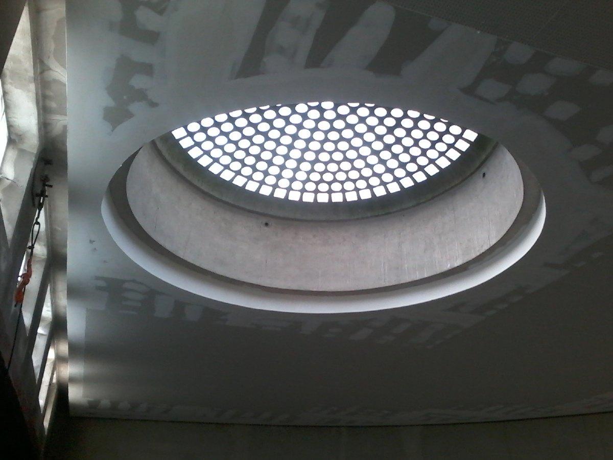 Le puits de lumière entouré du nouveau plafond. Il ne reste plus qu'à le peindre.