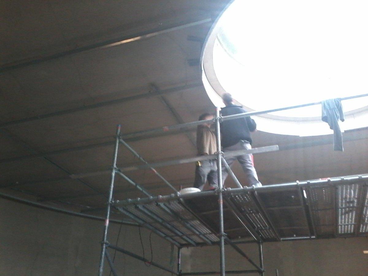 Au travail sur le puits de lumière.