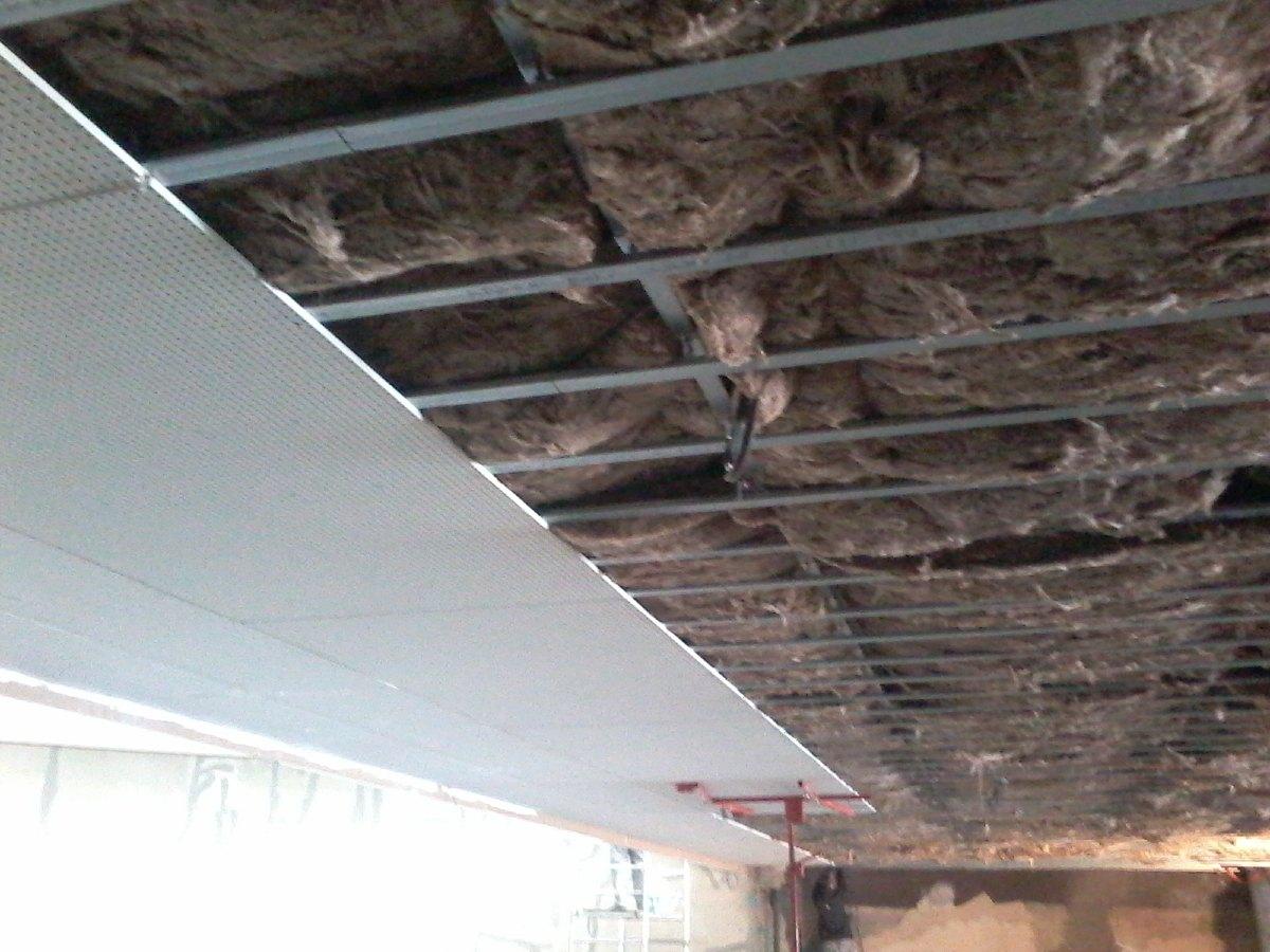 Dans la nef, pose des premières plaques du plafond