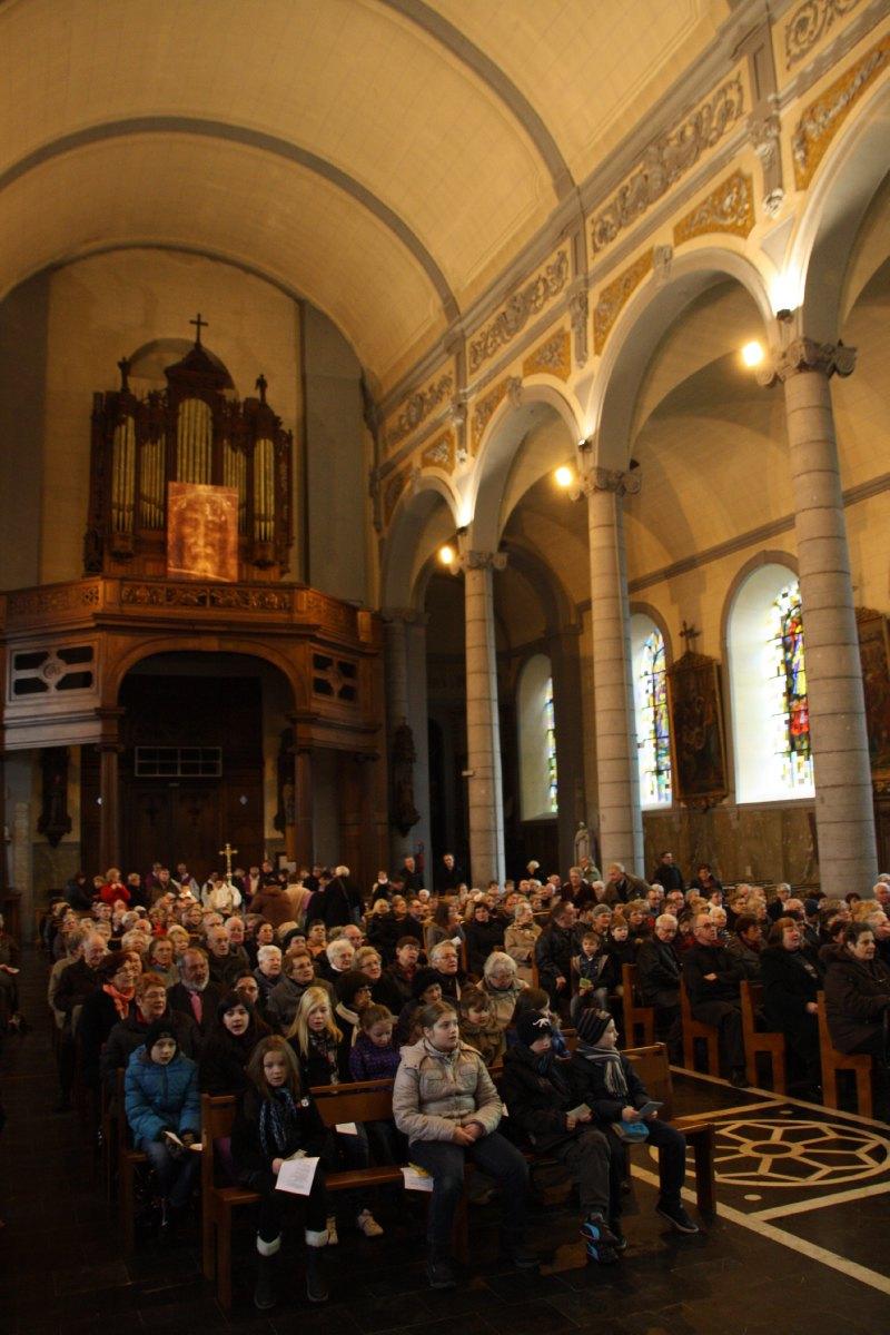Les paroissiens et les hospitaliers dans l'église de Solesmes