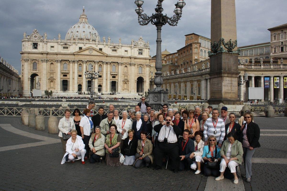 Le groupe des hospitaliers sur la place St Pierre