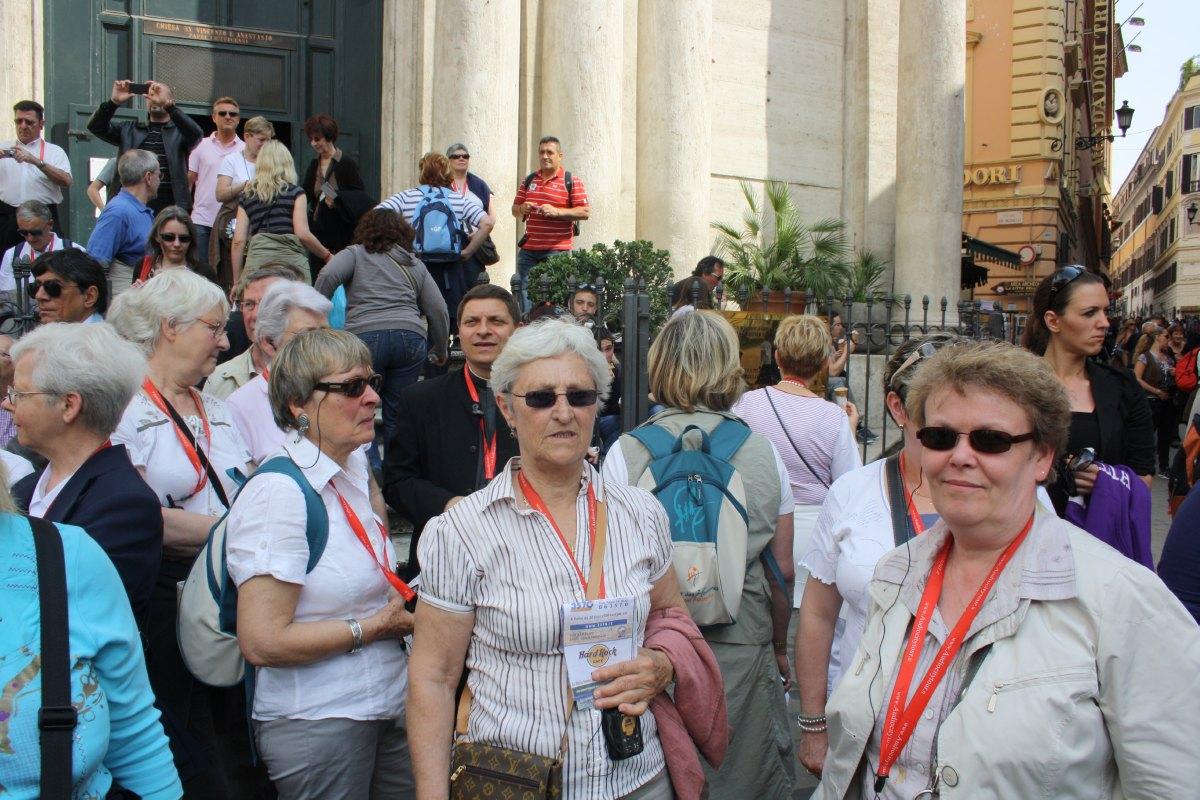 Face à la Fontaine, l'église St Vincenzo e Anastasio