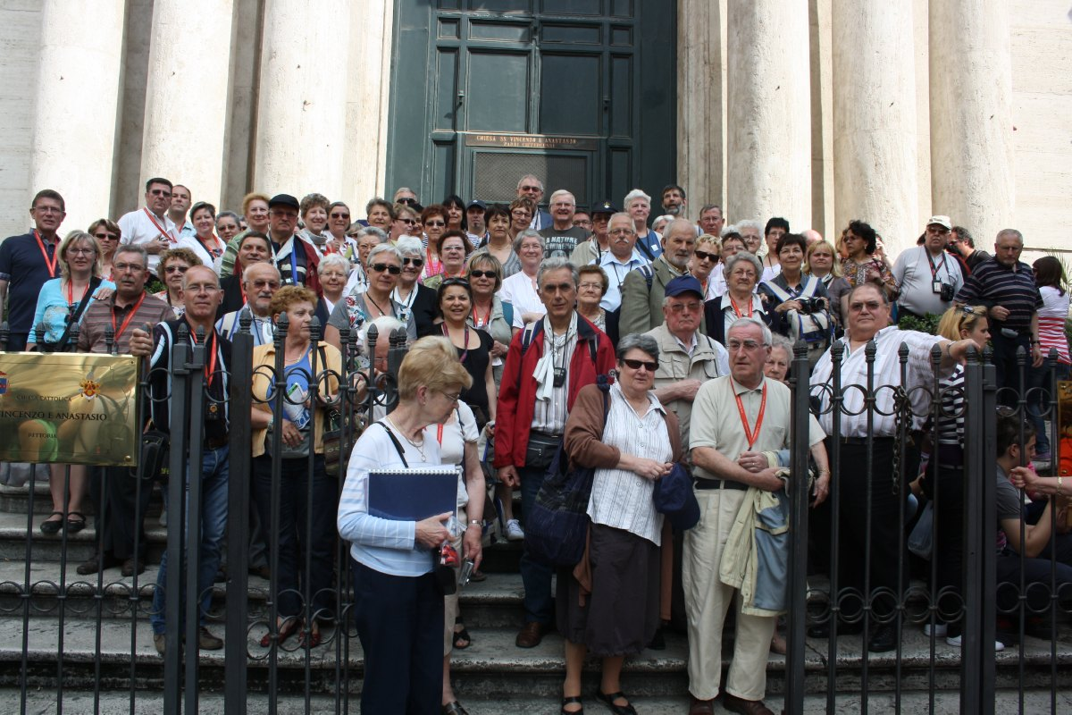Face à la Fontaine, l'église St Vincenzo e Anastasio : tout le groupe de Cambrai (hospitaliers et pèlerins)