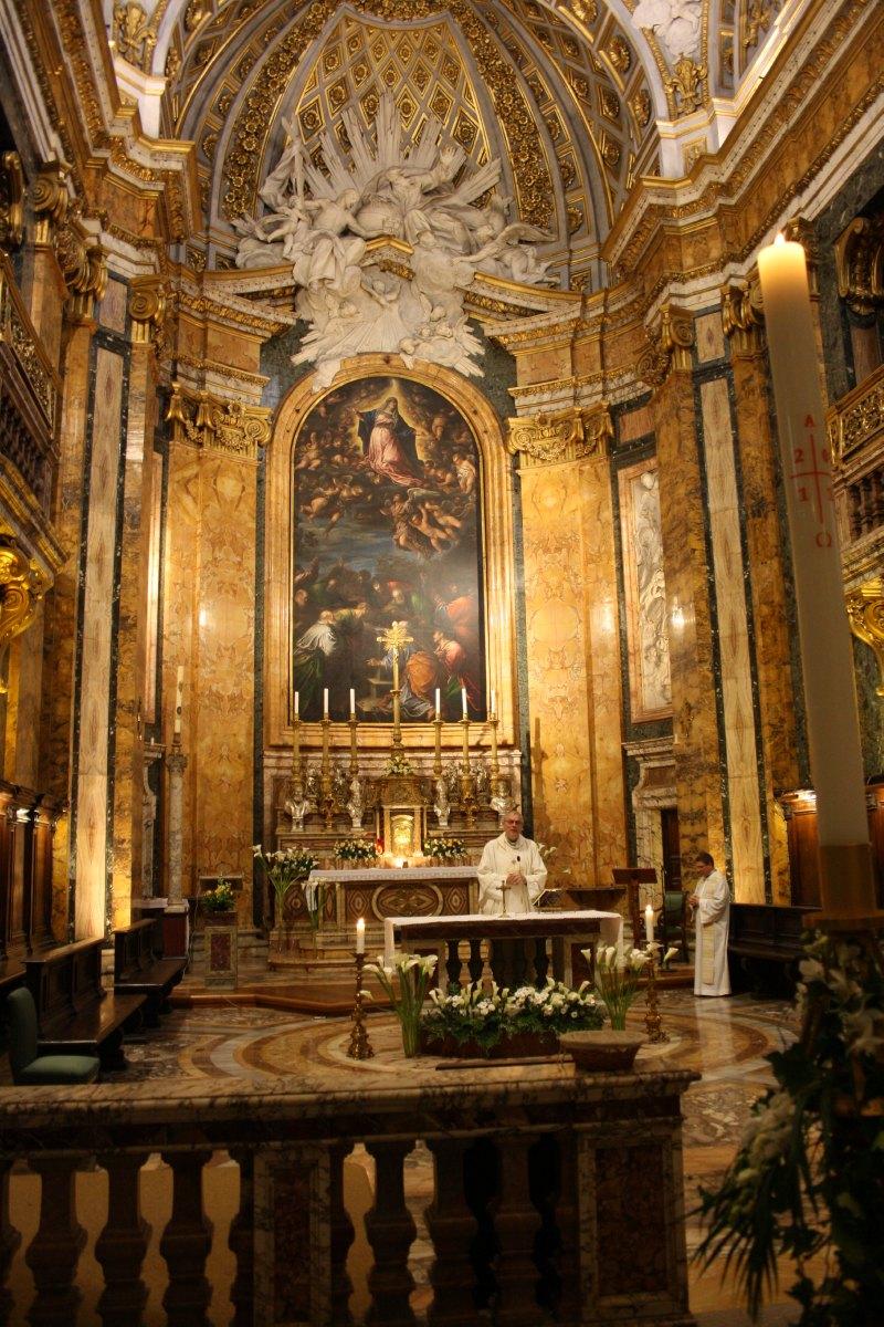 Mgr Lecompte célèbre la messe à St Louis des Français avec l'abbé Descarpentries