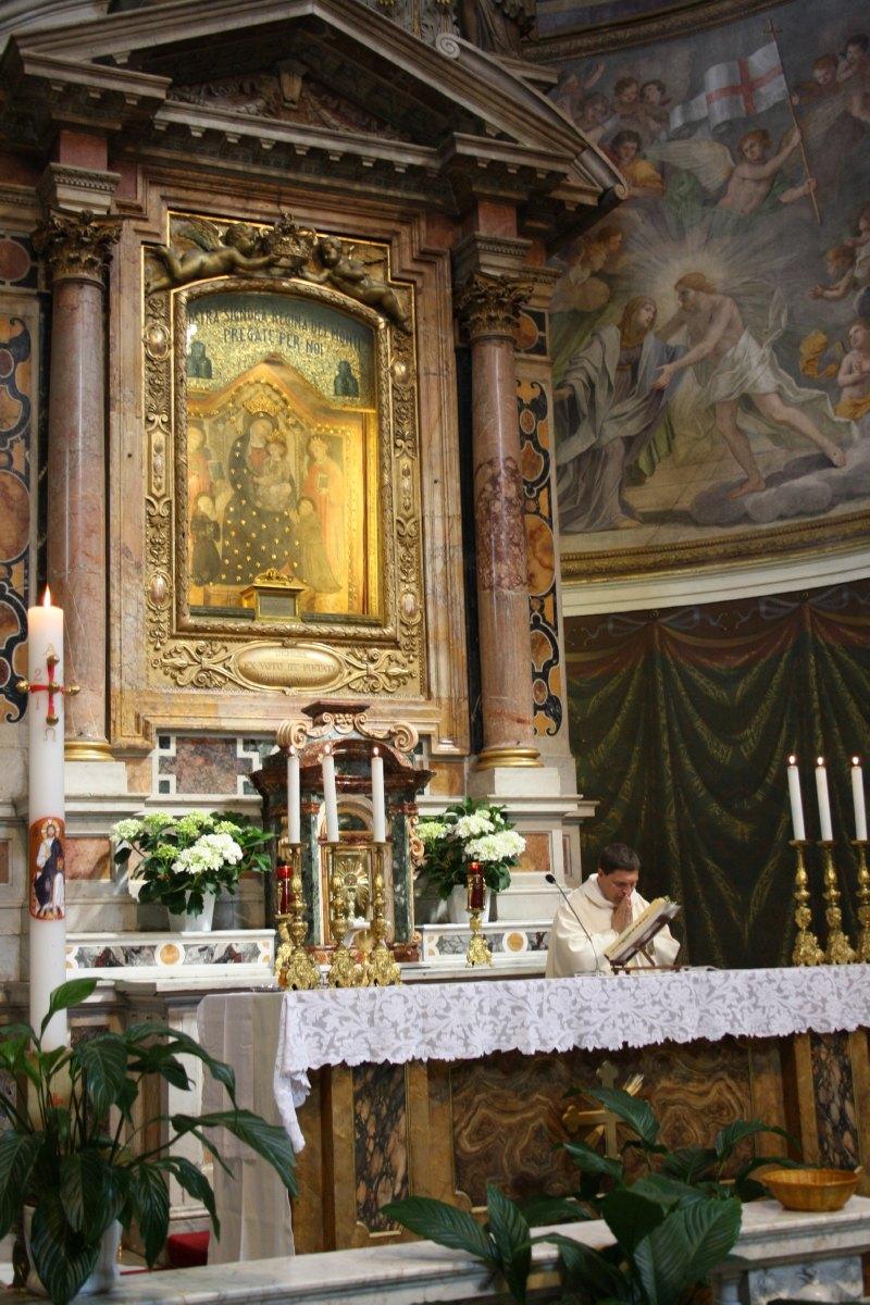 La messe célébrée par l'abbé Descarpentries