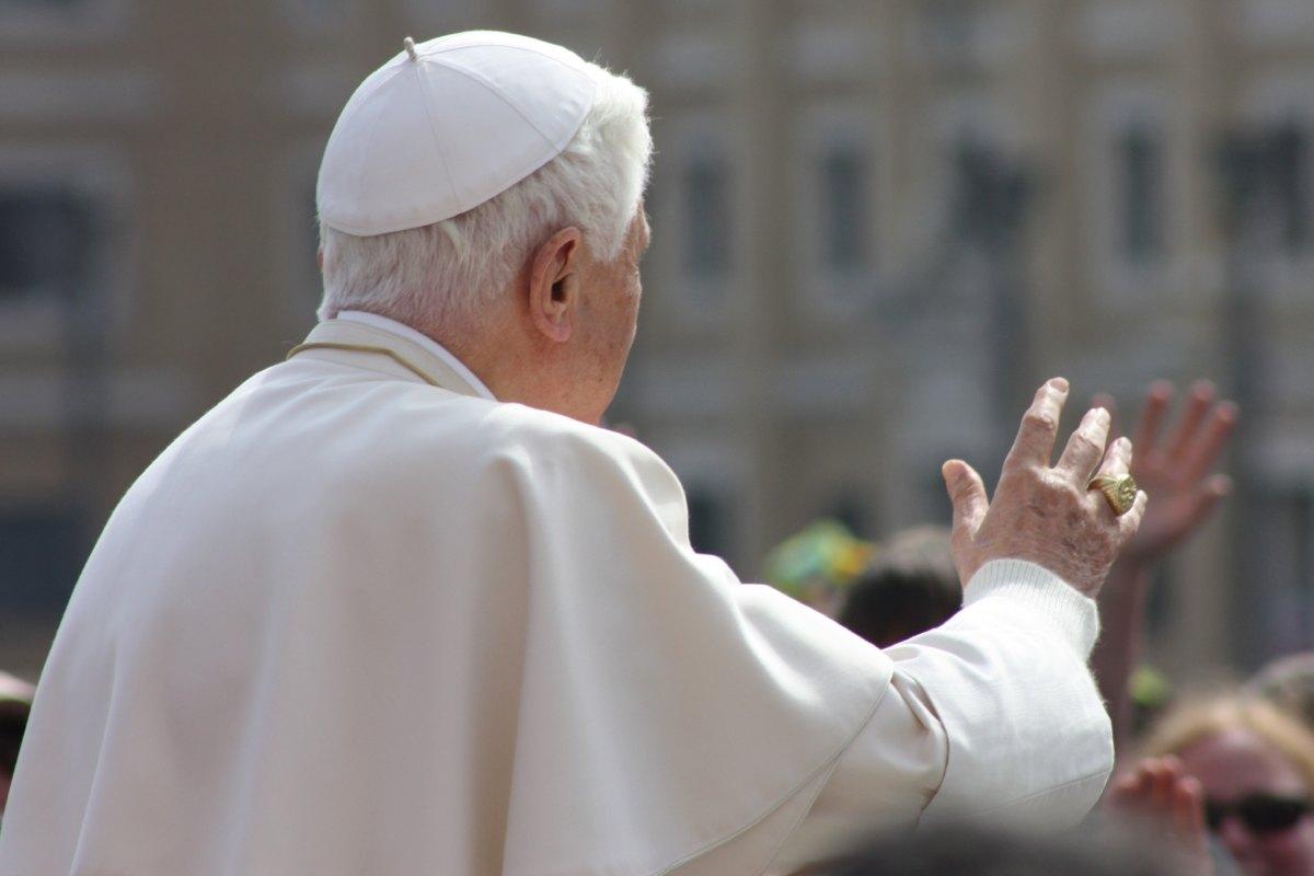 Passage du Saint Père devant le groupe