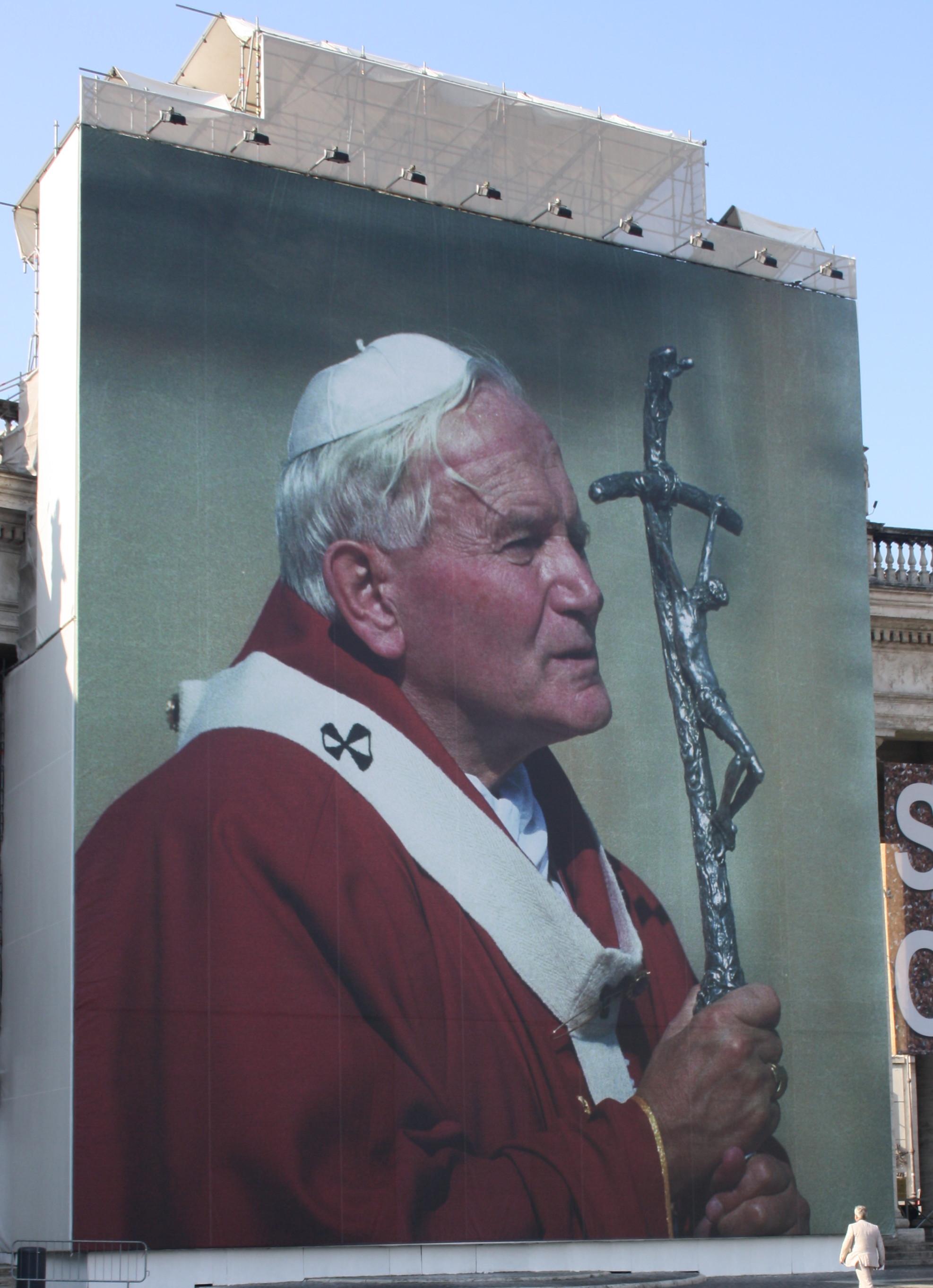L'immense affiche de Jean Pail II installée sur la place St Pierre à l'occasion de sa béatification.