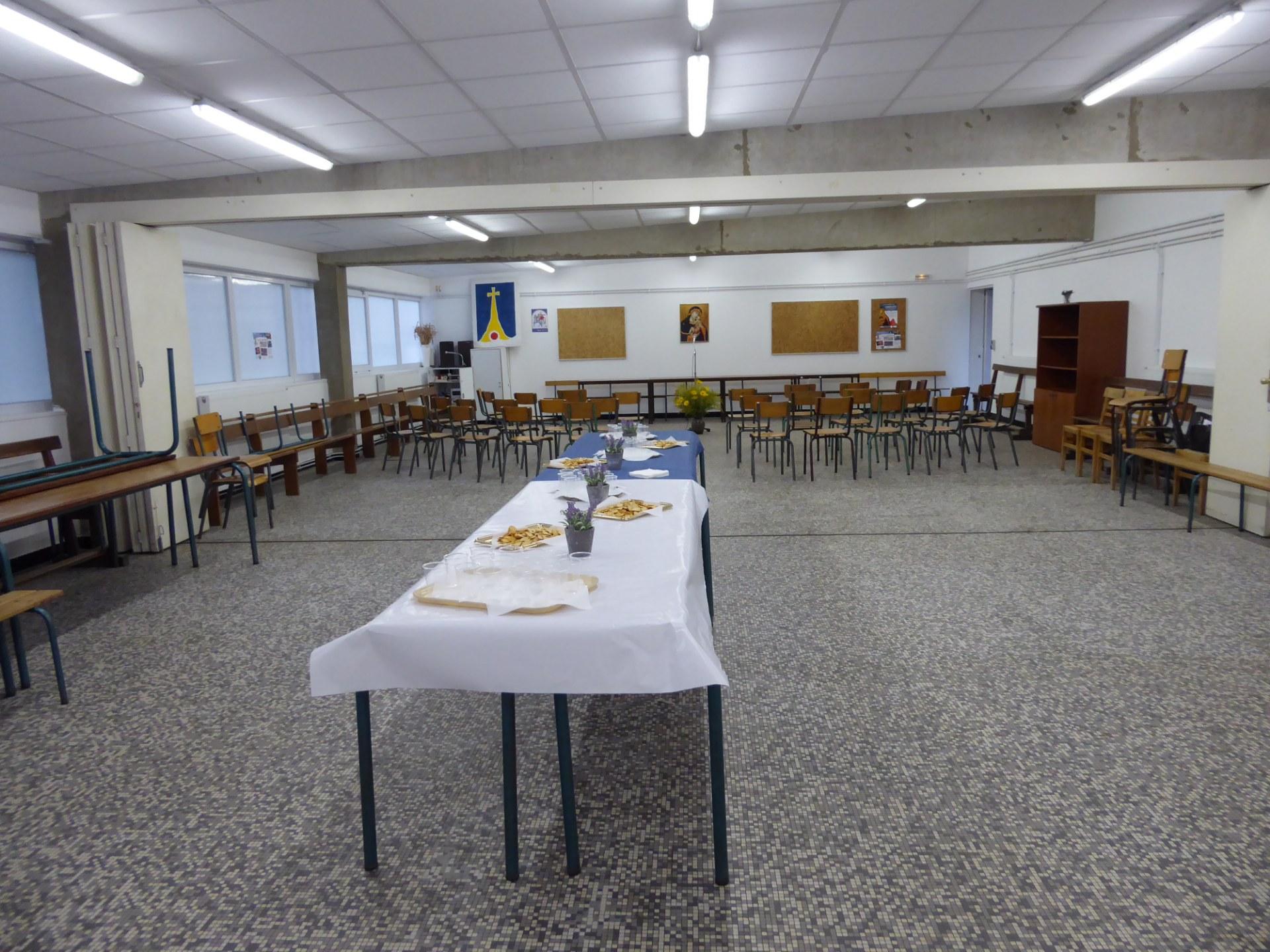 La grande salle prête à recevoir les invités du jour