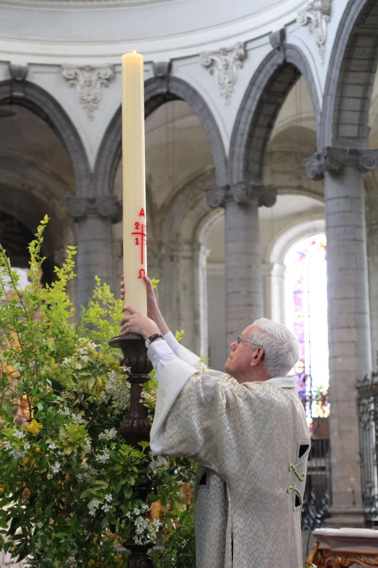 Installation du cierge pascal.