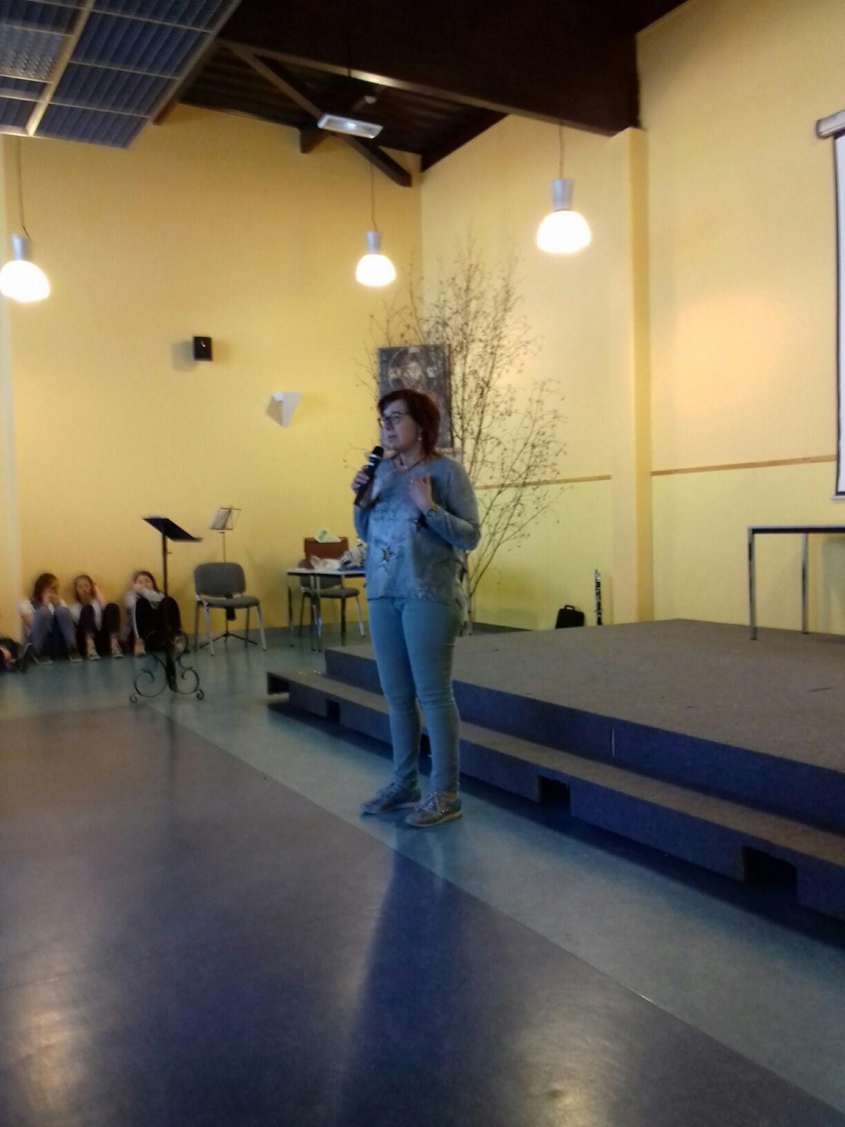 Isabelle presente le service aux malades à Lourdes