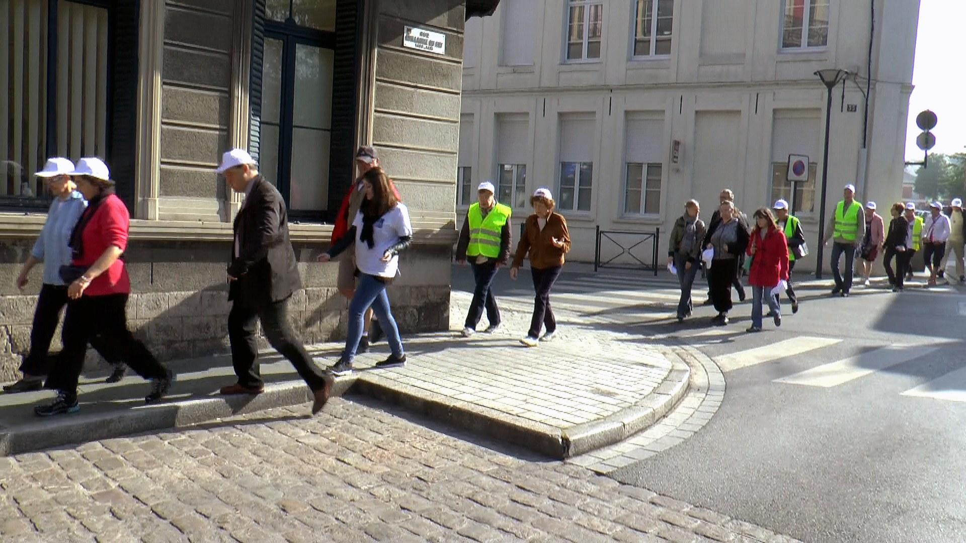 des bénévoles, des accueillis, un journaliste venu de Paris, deux prêtres, un photographe...