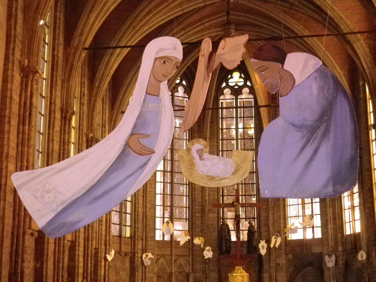 Jésus, Marie et Joseph, au-dessus de l'autel.